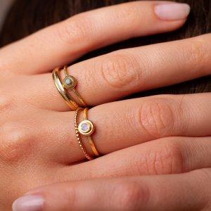 Kleine feine Ringe mit Edelsteinen kombiniert mit Trauringen oder anderen schlichten Ringen haben wir in großer Auswahl für dich im Schmuckladen in Kreuzberg.
