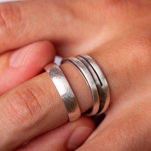 Wir kombinieren gerne mehrere Ringe! Beide bestehen aus 925 Silber und ergänzen sich durch die verschiedenen Oberflächen perfekt.
