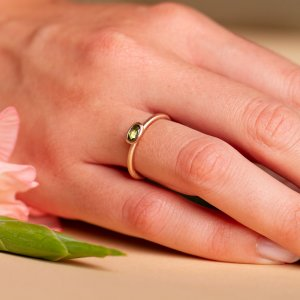 585 Rotgoldring mit grünem Turmalin. Einzeln getragen sehr schön als Verlobungsring.
