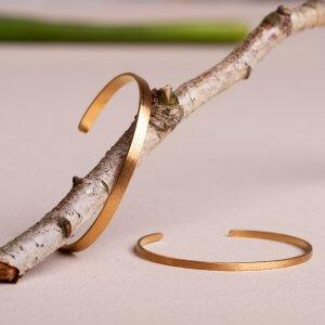 Die Armreifen schimmern ganz fein in mattem Gold. Material: Silber vergoldet, ab 57 € in schmal oder etwas breiter.