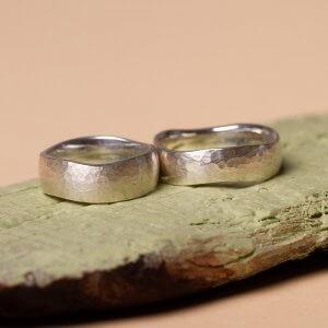 Ob breit oder schmal - das entscheidet ihr! Hier seht ihr zwei breitere Trauringe aus 925 Silber mit einer gehämmerten Oberfläche.