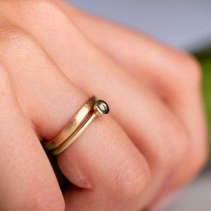 """""""Diamonds Are A Girls Best Friend"""" , dieser hübsche kleine Ring mit Brillant nennt sich auch Stapelring und passt sehr schön mit dem Trauring zusammen."""