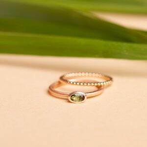 Feiner Ring mit Stein in 585 Rotgold. Der Stein ist ein grüner Turmalin.