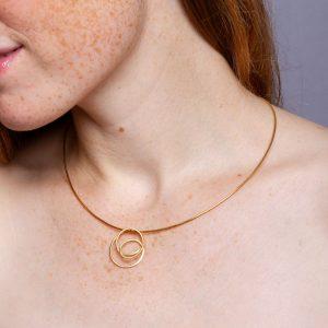 Kettenanhänger 585 Gold. Hier an einem vergoldeten Halsreifen. Den Anhänger gibt's bei uns im SchmuckGraefin Onlineshop. Passende Halsreifen oder Goldketten im Schmuckladen in Berlin Kreuzberg.