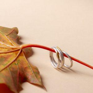 Fein geschmiedete Silberringe mit einer aufgetragenen Platte aus feinstem 900erGold. Diese Ringe passen wir individuell an deine Ringgröße an.
