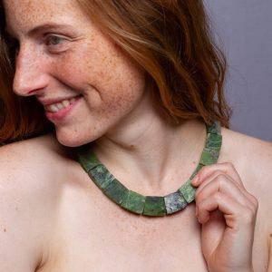 Halskette mit quadratischen Edelsteinen aus kanadischer Jade. Ein Beispiel für die Vielzahl der Edelsteinketten, die wir in unserem Laden in Berlin Kreuzberg für euch zusammenstellen und anbieten.