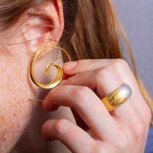 Spiralcreolen in Gold gibt's hier in unserem Onlineshop. Den Ring aus Silber und 900er Gold nur bei uns im Schmuckladen in Berlin Kreuzberg.