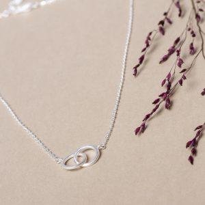 Die zarte Silberkette mit ihren zwei Silberringen symbolisiert Verbundenheit.
