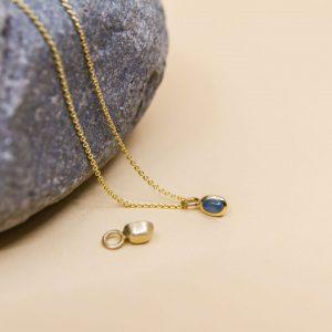 Kleiner Kettenanhänger aus 585 Gold mit Turmalin. Er lässt sich auf zwei Arten tragen. Je nachem wie du ihn drehst, schmückt dich ein Anhänger mit Stein oder eine kleine Goldkugel. Bei uns im Onlineshop in verschiedenen Farben.