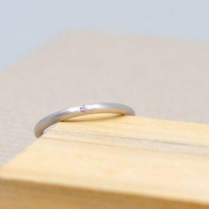 Diamonds are a girl's best friend! Unser Silberring Marilyn trägt einen kleinen Diamanten und wird damit zum minimalistischen Klassiker.