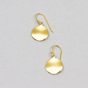 Kleine Ohrhänger in Silber vergoldet. Das leicht gewellte Plättchen mit mattierter Oberfläche lässt den Ohrring im Licht strahlen.