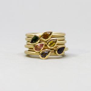 Unsere zarten Goldringe mit geschliffenen Turmalinen in Tropfenform sind das perfekte Geschenk für deine Liebste. Die Größe können wir anpassen im Laden in Berlin Kreuzberg.