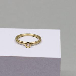 Klassischer Verlobungsring mit einem geschliffenen Brillianten gefasst in Gold.