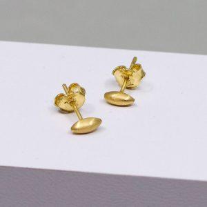 Ohrstecker aus 14 Karat Gold. Sie sehen aus wie kleine Zitronenkerne, sind perfekt für den Alltag und machen direkt gute Laune!