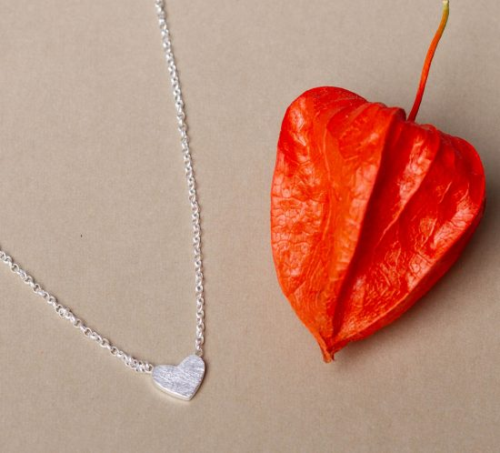 Silberkette mit einem matten integriertem Herzanhänger.