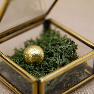 Der exklusive SchmuckGraefin Geschenkgutschein für jeden Anlass mit einer goldenen Perle aus vergoldetem Silber in einem feinen Glaskästchen.