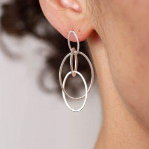 Ohrhänger in Silber. Ineinander verschlungene Ringe.
