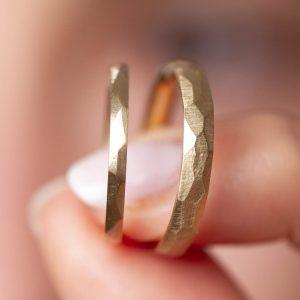 Trauringe in 585 Gold mit Facetten. Individuell angefertigt.